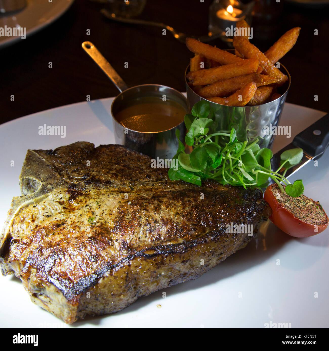 Chuletón de carne de ganado hereford criados británico. El plato es servido con una salsa de pimienta Imagen De Stock