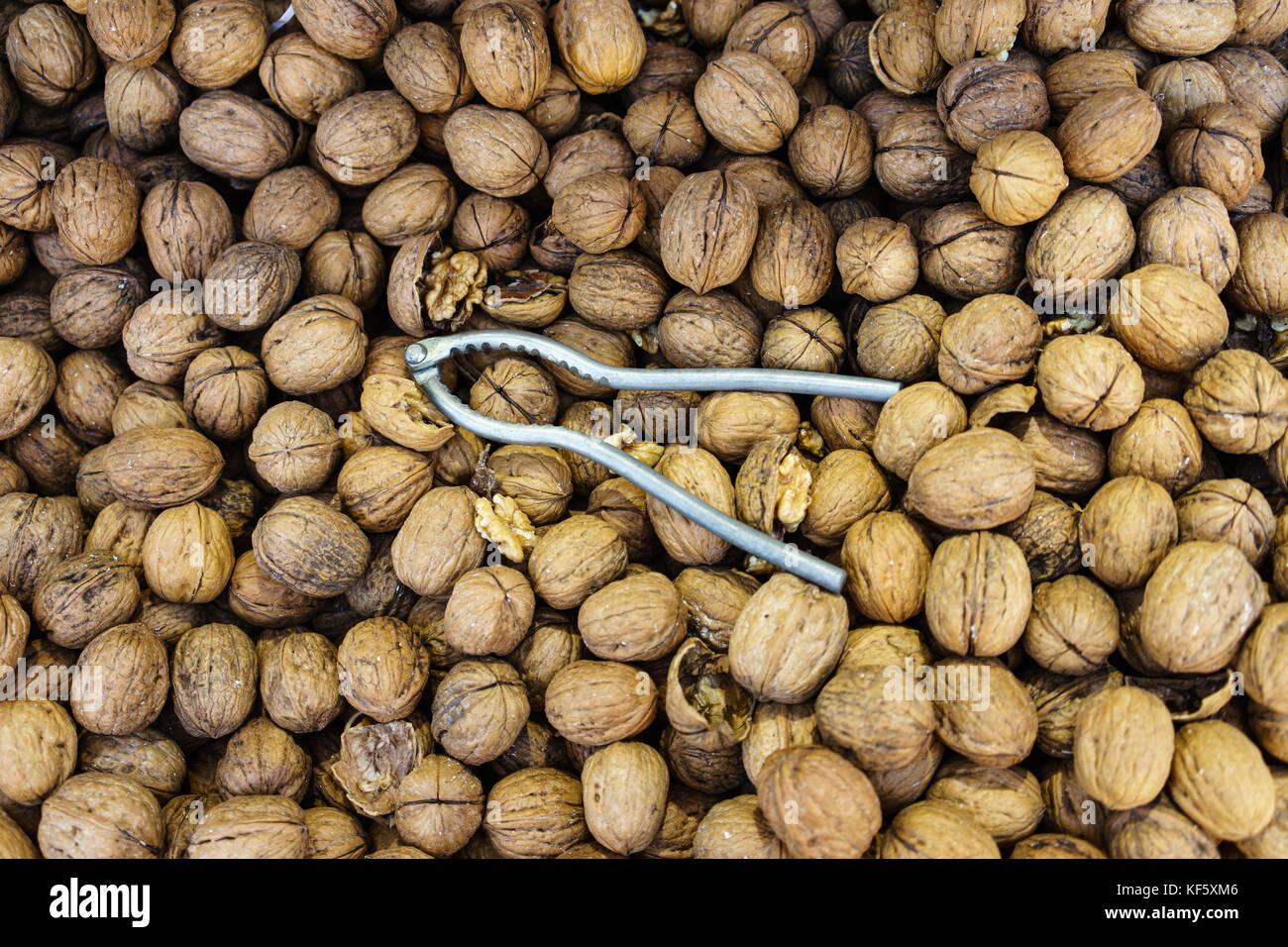 Las nueces y el Cracker full frame con nueces Imagen De Stock