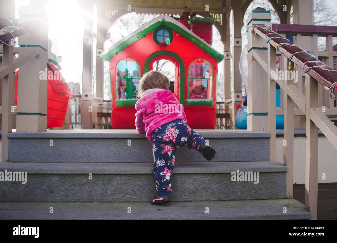Niñito caminando hacia la Navidad o vacaciones muestra. Imagen De Stock