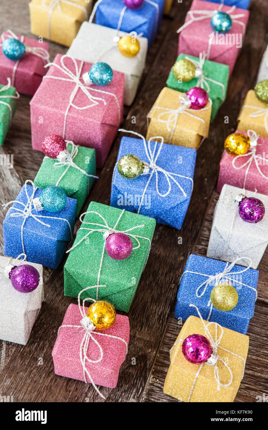 Poco Coloridas Cajas De Regalos Envueltos En Papel Glitter Foto