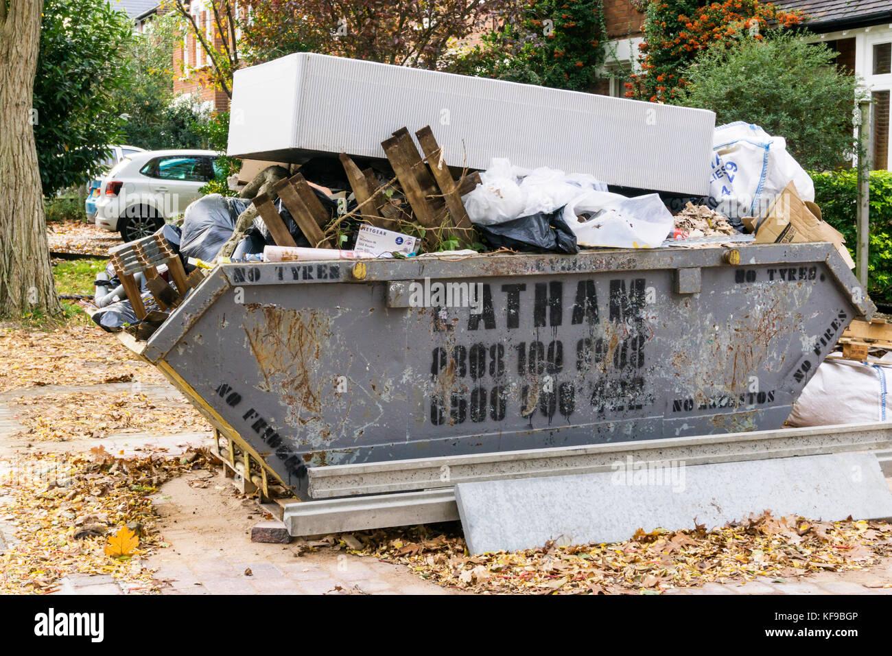 Un desperdicio completo saltar con un colchón viejo en la parte superior de éste. Imagen De Stock