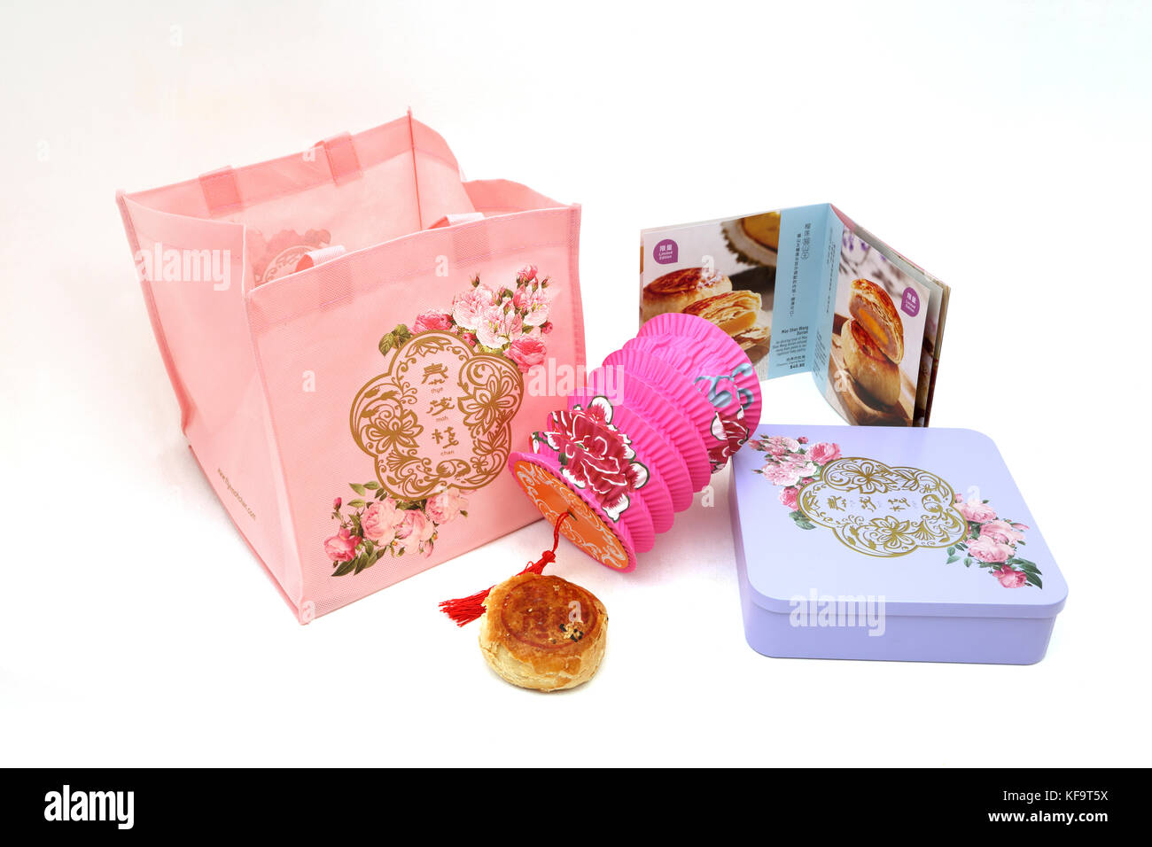 Mooncake Teochew Gift Set - Yuan Yang con yema de huevo ,de estaño Mooncakes, Thye Moh Chan Tote Bag, folleto y linterna china Foto de stock