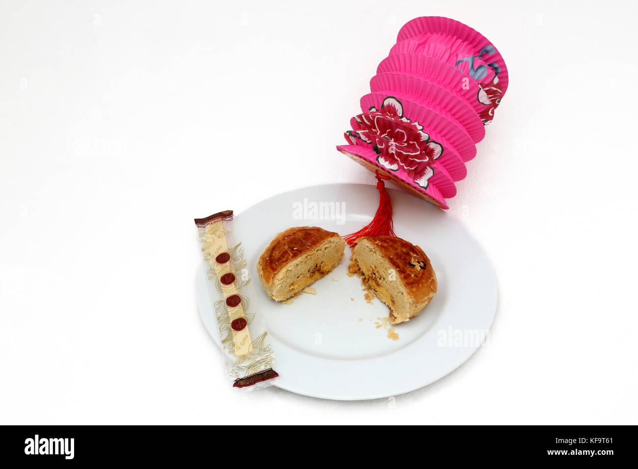 Mooncake Teochew Gift Set - Yuan Yang con yema de huevo ,Linterna china y cubiertos de plástico Foto de stock