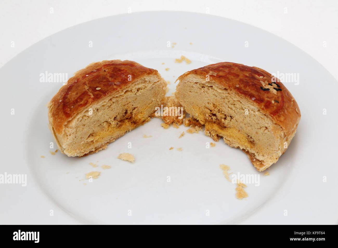 Mooncake Teochew Yuan Yang con yema de huevo cortado a la mitad Foto de stock