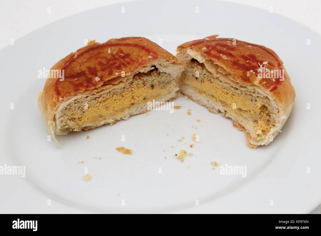 Mooncake Teochew - Salado Tau Sar con yema de huevo cortado a la mitad Foto de stock