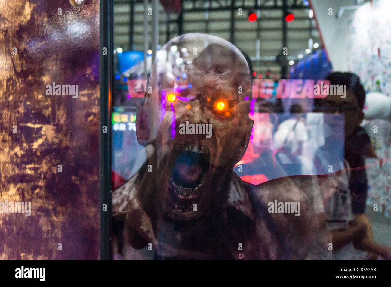 Muertos vivientes zombie con los ojos brillantes de color rojo Foto de stock