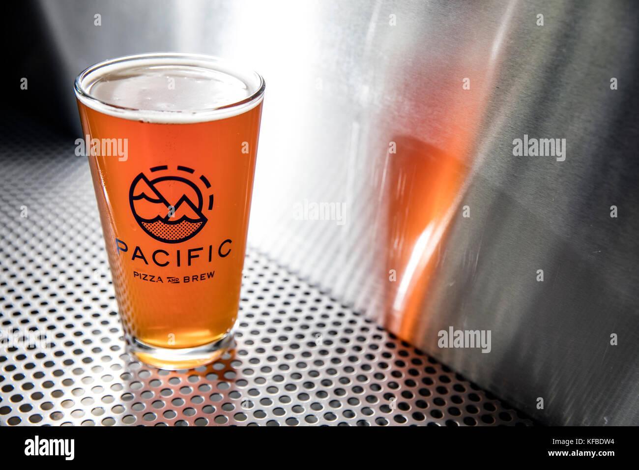 Bend, Oregon, USA, pacific pizza y cerveza, Pinta de vidrio de cerveza artesanal Imagen De Stock