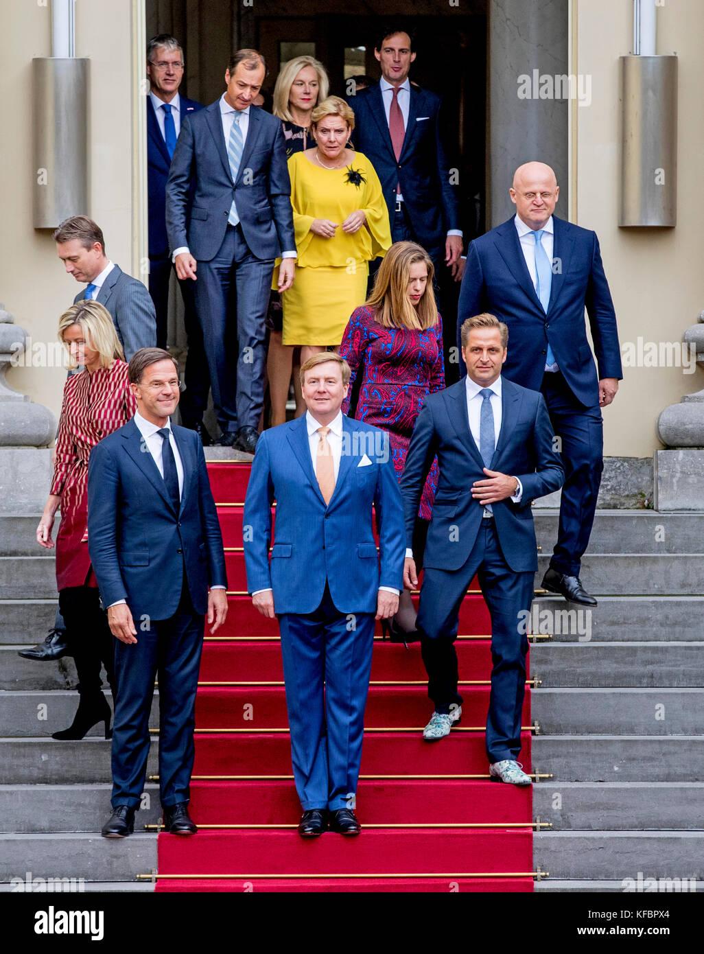 ¿Cuánto mide Guillermo de Holanda (William Alexander)? - Altura - Real height El-rey-willem-alexander-de-holanda-con-el-primer-ministro-mark-rutte-y-su-nuevo-gabinete-en-palacio-noordeinde-en-la-haya-paises-bajos-26-de-octubre-de-2017-l-r-primera-fila-halbe-zijlstra-ministro-de-relaciones-exteriores-vice-primer-ministro-kajsa-ollongren-ministro-de-interior-el-primer-ministro-mark-rutte-rey-de-willem-alexander-de-los-paises-bajos-el-vice-primer-ministro-hugo-de-jonge-ministro-de-salud-el-vice-primer-ministro-carol-schouten-ministra-de-agricultura-fernando-grappenhaus-ministro-de-justicia-l-r-segunda-fila-arie-ministro-de-aducation-slob-sigrid-kaag-ministro-de-relaciones-kfbpx4