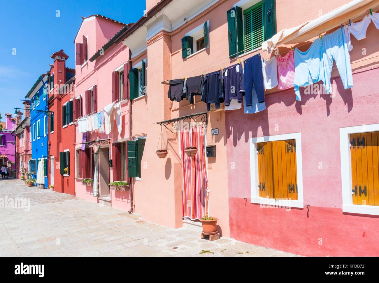 VENECIA ITALIA VENECIA Colorful houses con lavado colgando fuera en La isla de Burano Laguna de Venecia Ciudad Metropolitana de Venecia Italia UE Europa Foto de stock