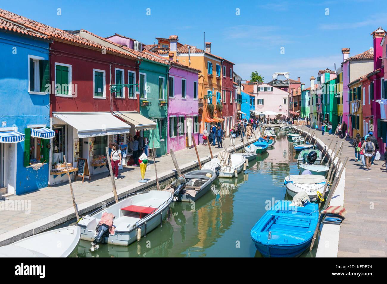 Venecia Italia Venecia coloridas casas a lo largo de un canal en la isla de Burano ciudad metropolitana de la laguna Imagen De Stock