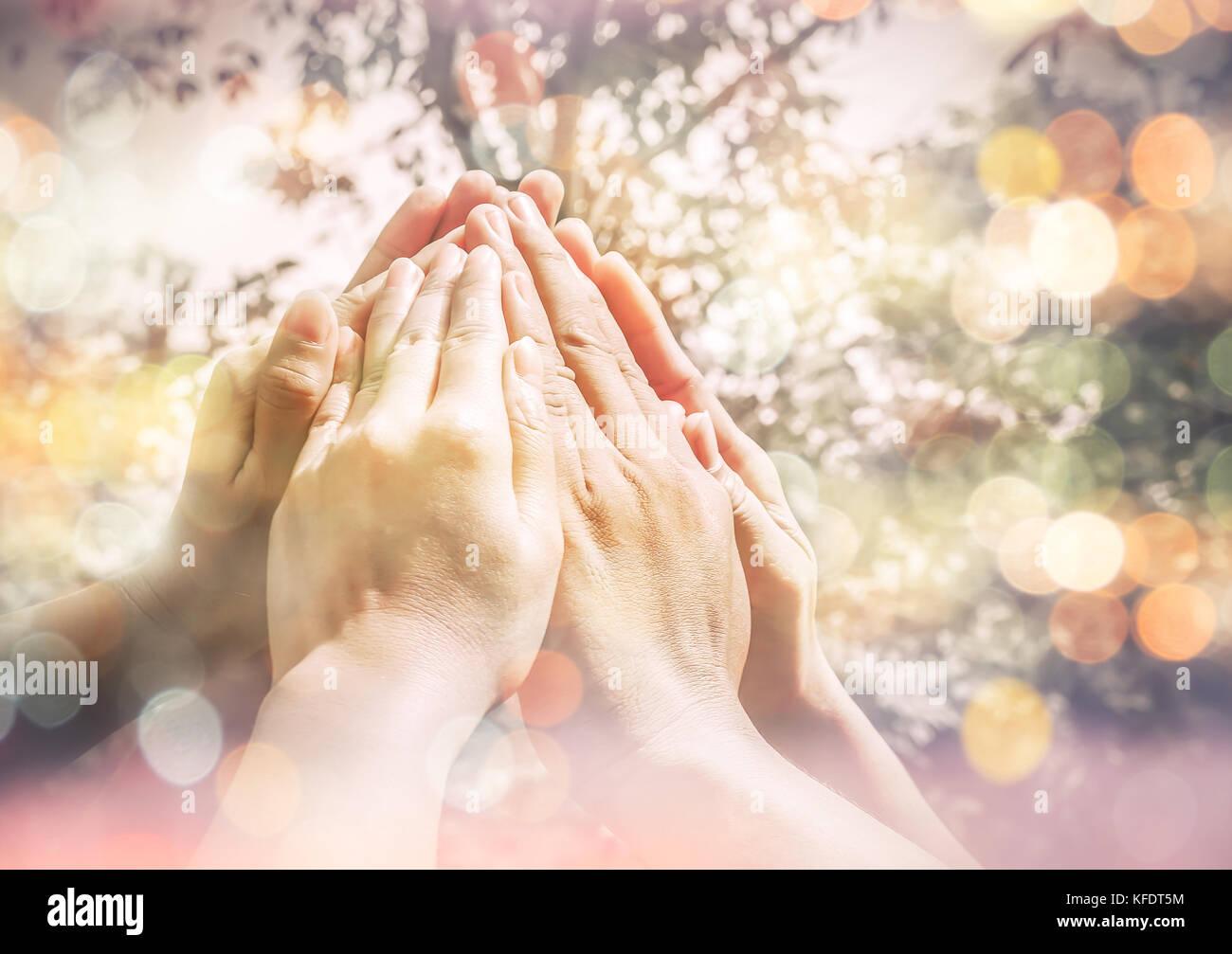 Grupo de diversos multiétnico pueblo juntos hacer manos altas ,Concepto de trabajo en equipo, el trabajo en Imagen De Stock