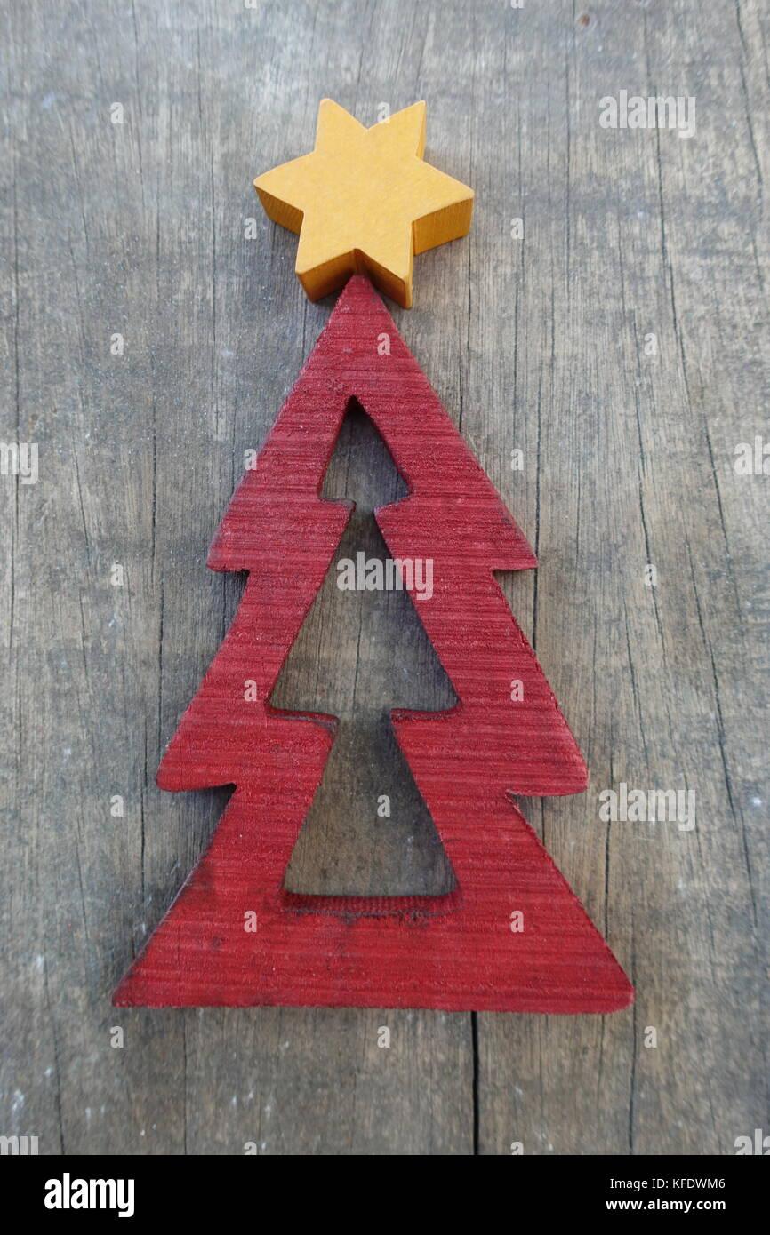 d4cbb93137a Árbol de Navidad con estilizado diseño de madera sobre una tabla de madera  grunge Imagen De