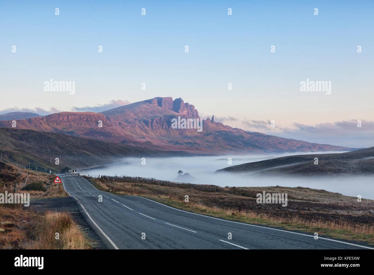 El camino abierto en una brumosa mañana de otoño en la isla de Skye, storr, Highlands escocesas, inner hebrides, Scotland, Reino Unido Foto de stock