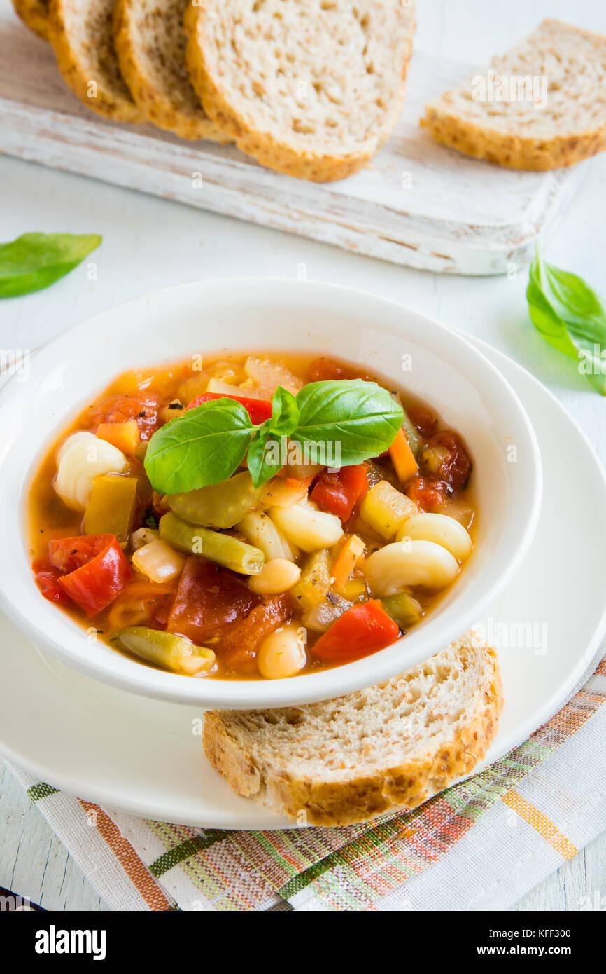 Sopa Minestrone italiano casero con albahaca - caliente casero saludable dieta vegetariana Comida vegetariana sopa de alimentos Foto de stock