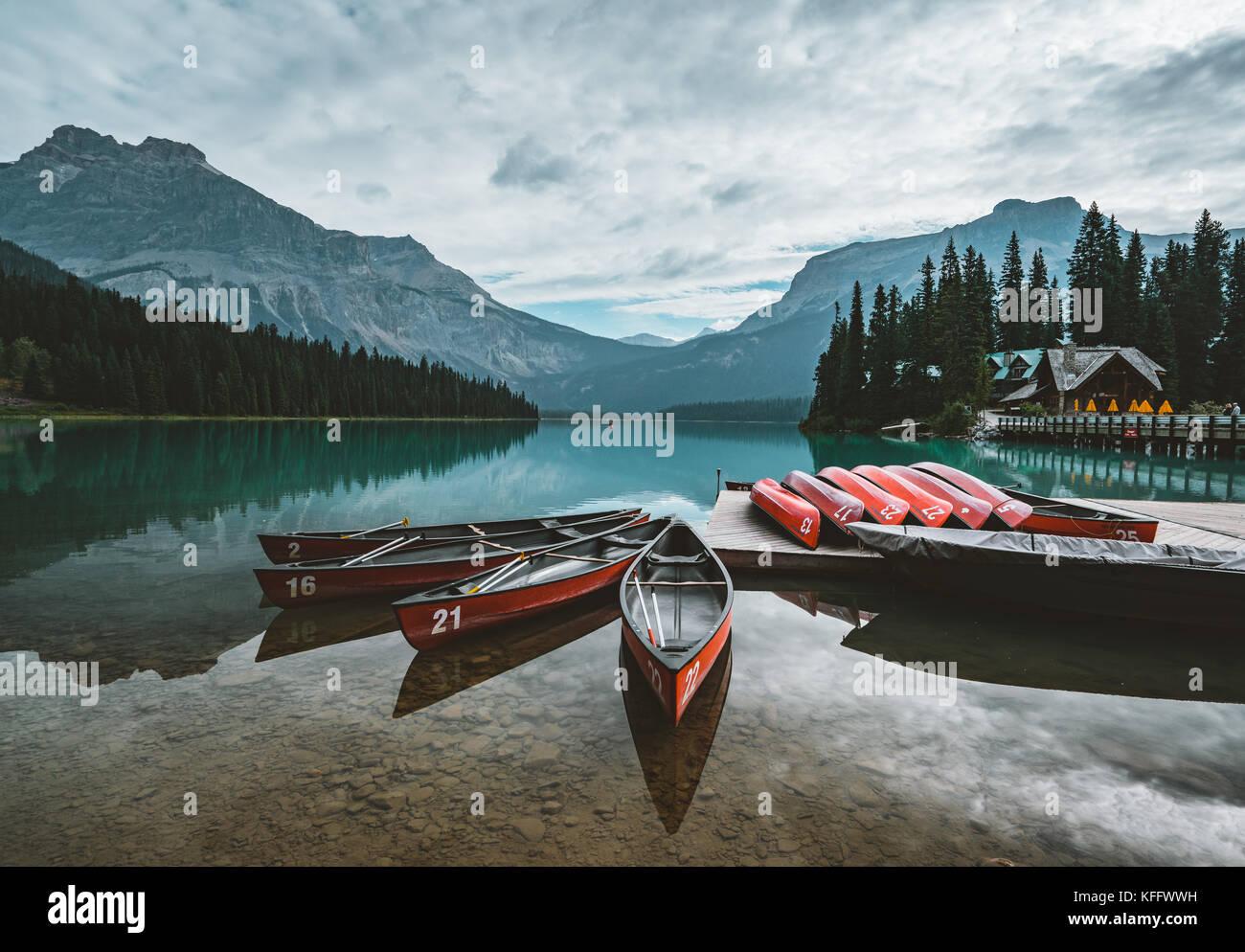 Canoas En el Lago Esmeralda, el Parque Nacional Yoho Canadá Imagen De Stock