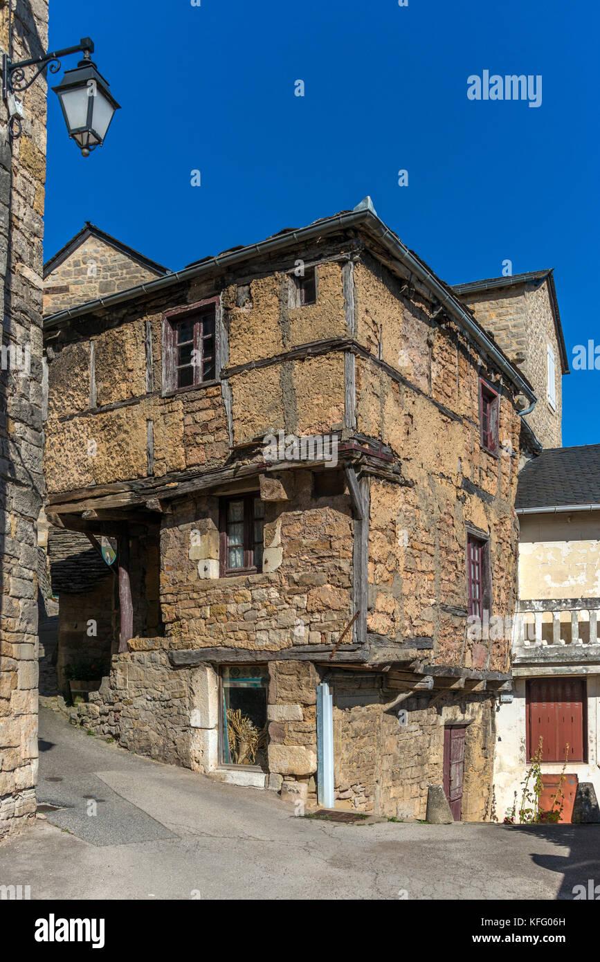 La piedra de cal, cemento y estructura de madera de la casa medieval ...