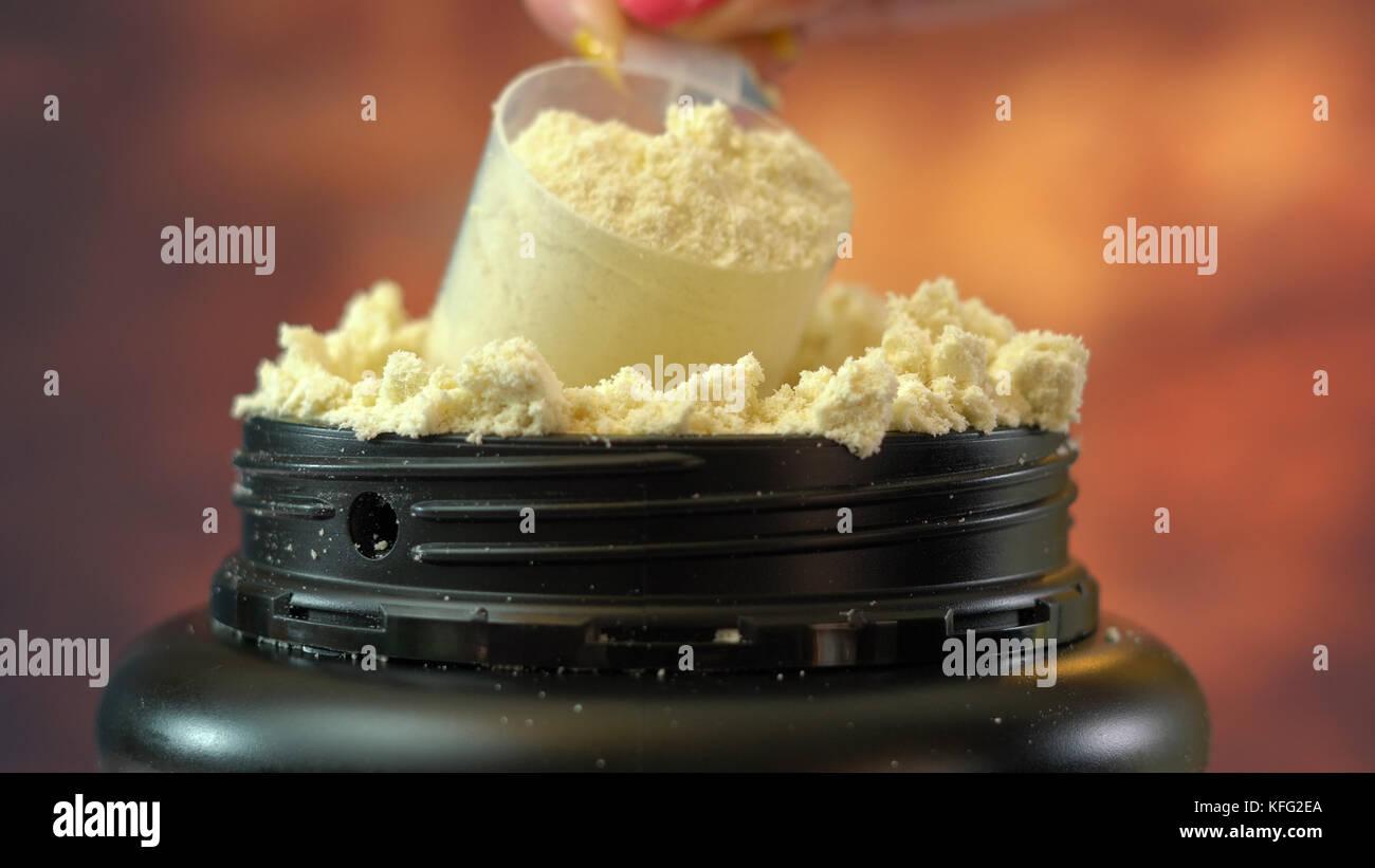 Macro cerca del contenedor de suplemento nutricional pura proteína de suero en polvo. Imagen De Stock