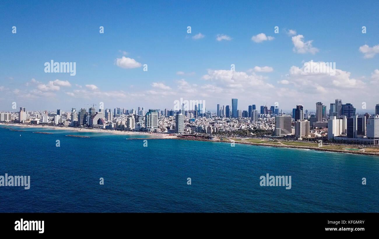 Costa de Tel Aviv y el horizonte visto desde el mar mediterráneo. Imagen De Stock
