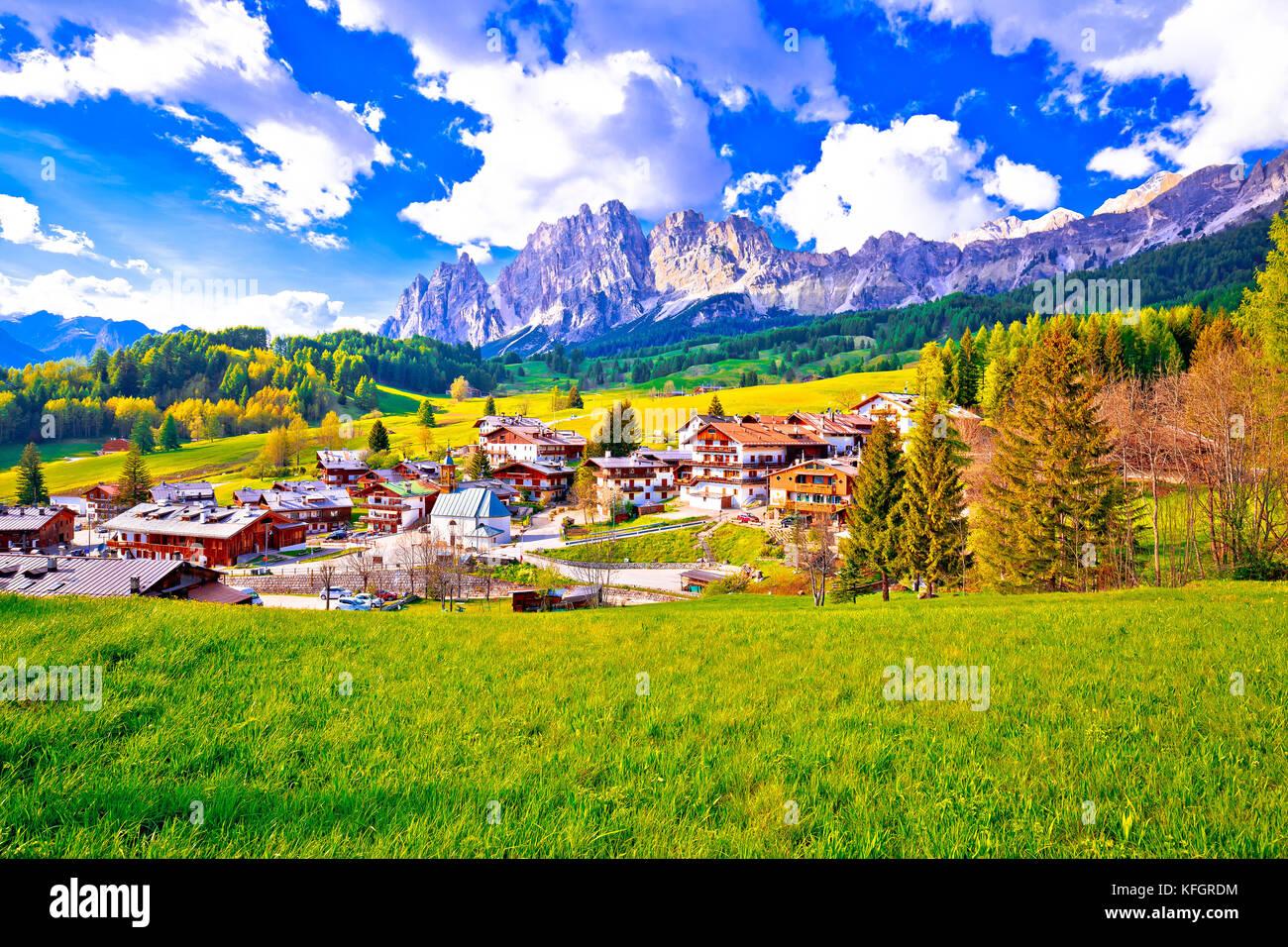 Hermoso paisaje de Cortina d'Ampezzo en Dolomitas Alpes vista, región del Véneto, Italia Foto de stock