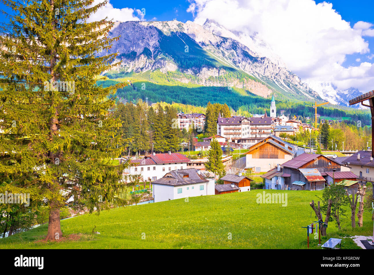 Localidad alpina de Cortina d'Ampezzo en Dolomitas Alpes vista, región del Véneto, Italia Foto de stock