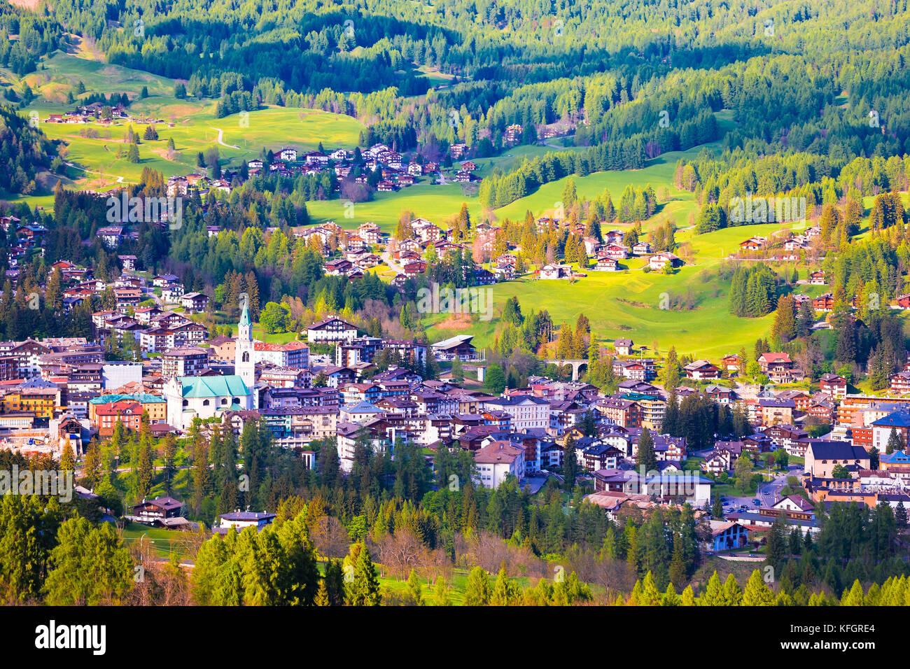 Alpne paisaje verde de Cortina d'Ampezzo, ciudad en Dolomitas Alpes, región del Véneto, Italia Foto de stock