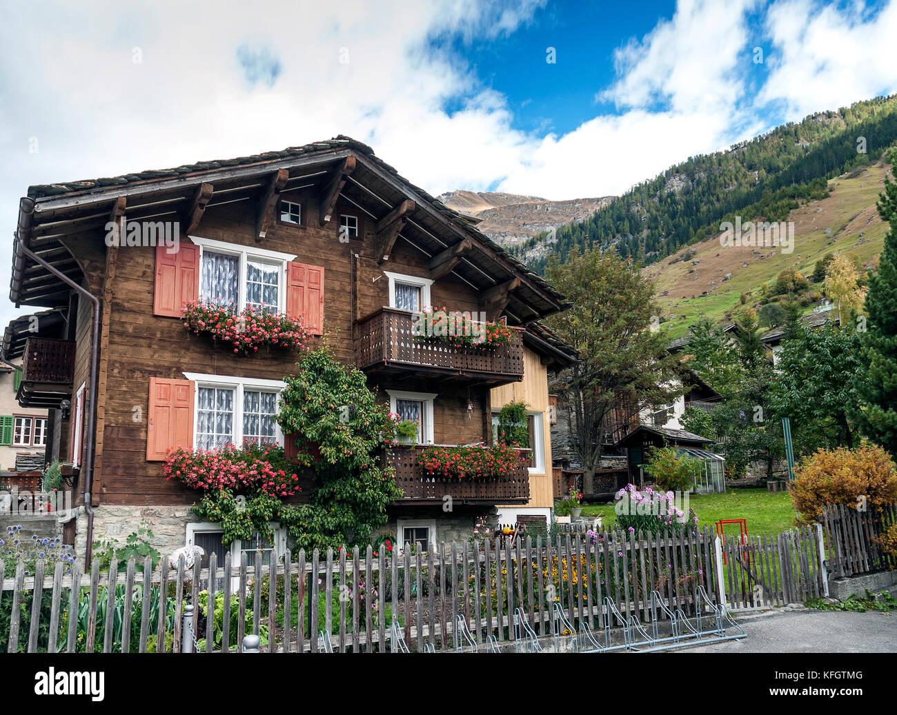 Alpes Suizos Tradicionales Casas De Madera Rurales En Vals Pueblo