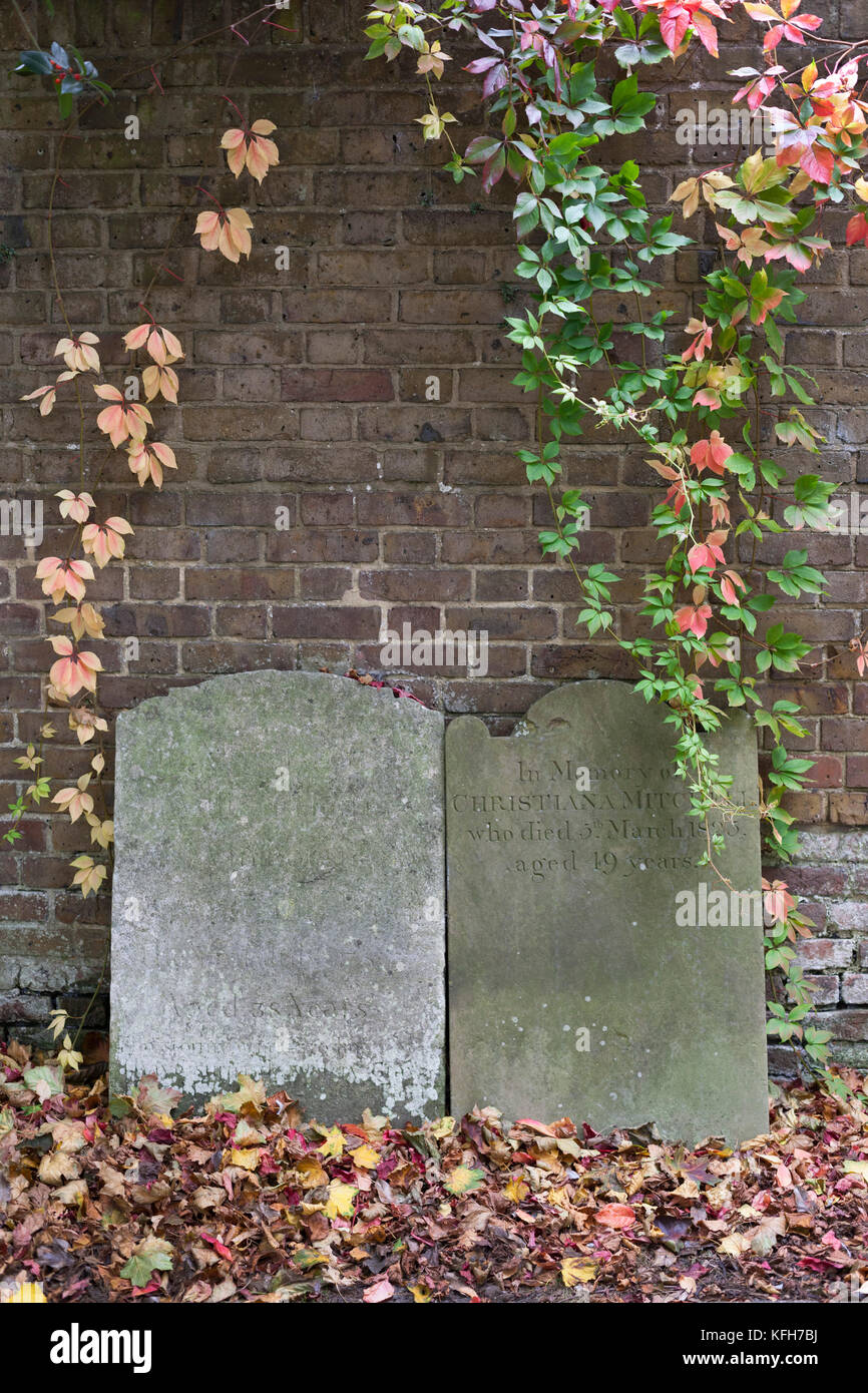 Lápidas apiladas alrededor de los bordes del parque detrás de St George's ocupan iglesia en otoño, Imagen De Stock