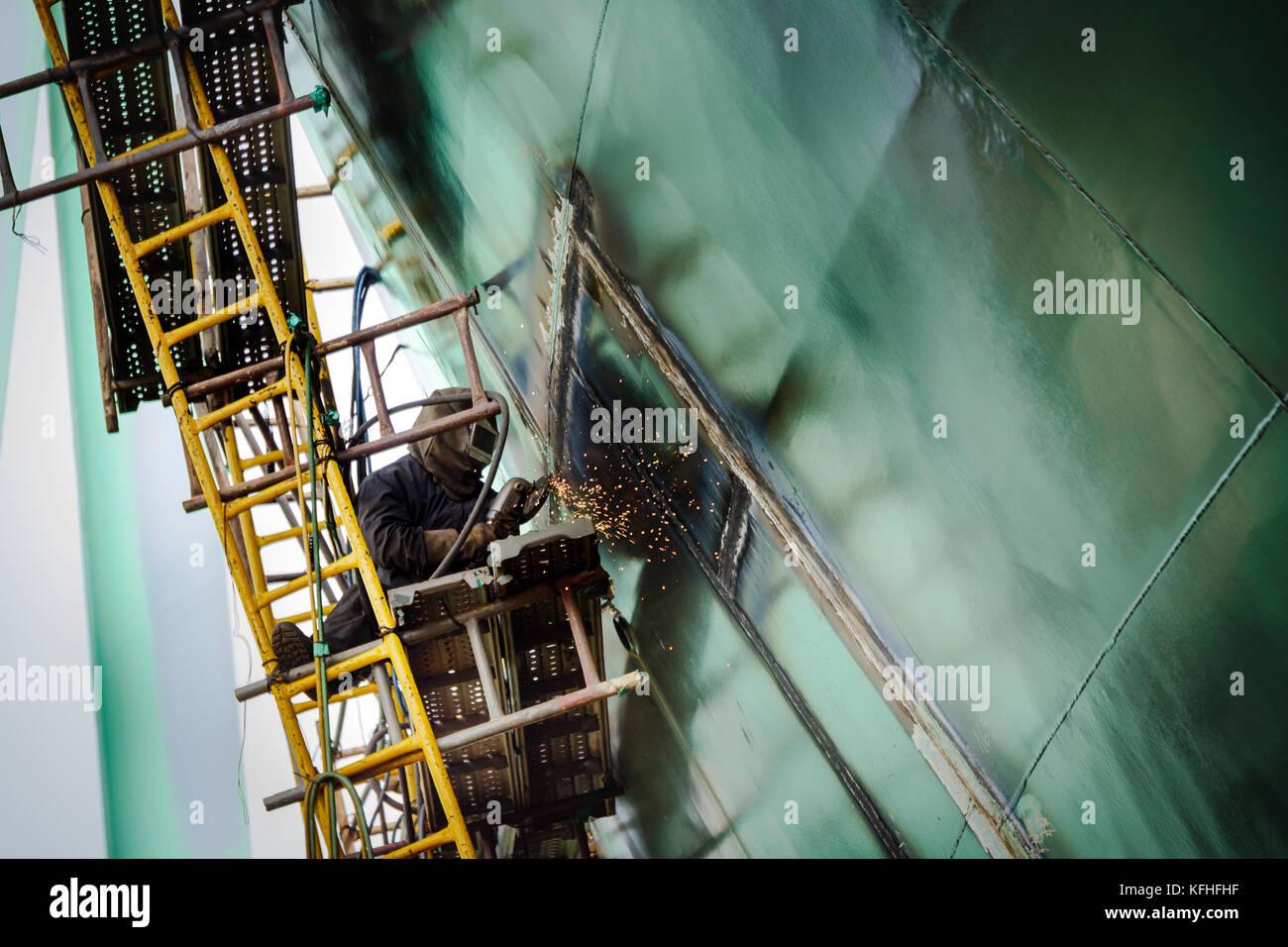 Buque en construcción. Trabajos de soldadura. Astillero de Cam Rahn, Vietnam. Foto de stock