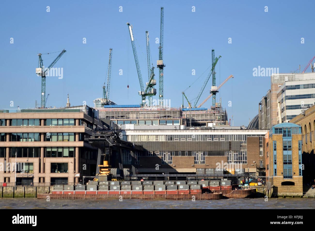 Cory de manejo ambiental de residuos sitio contenedor y barcazas en walbrook Wharf, la Upper Thames Street, Londres. Imagen De Stock