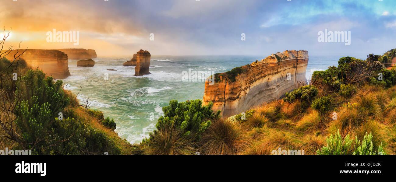 Razorblade cortar rocas calizas de la Great Ocean Road doce apóstoles parque marino en victoria. colorido amanecer Imagen De Stock