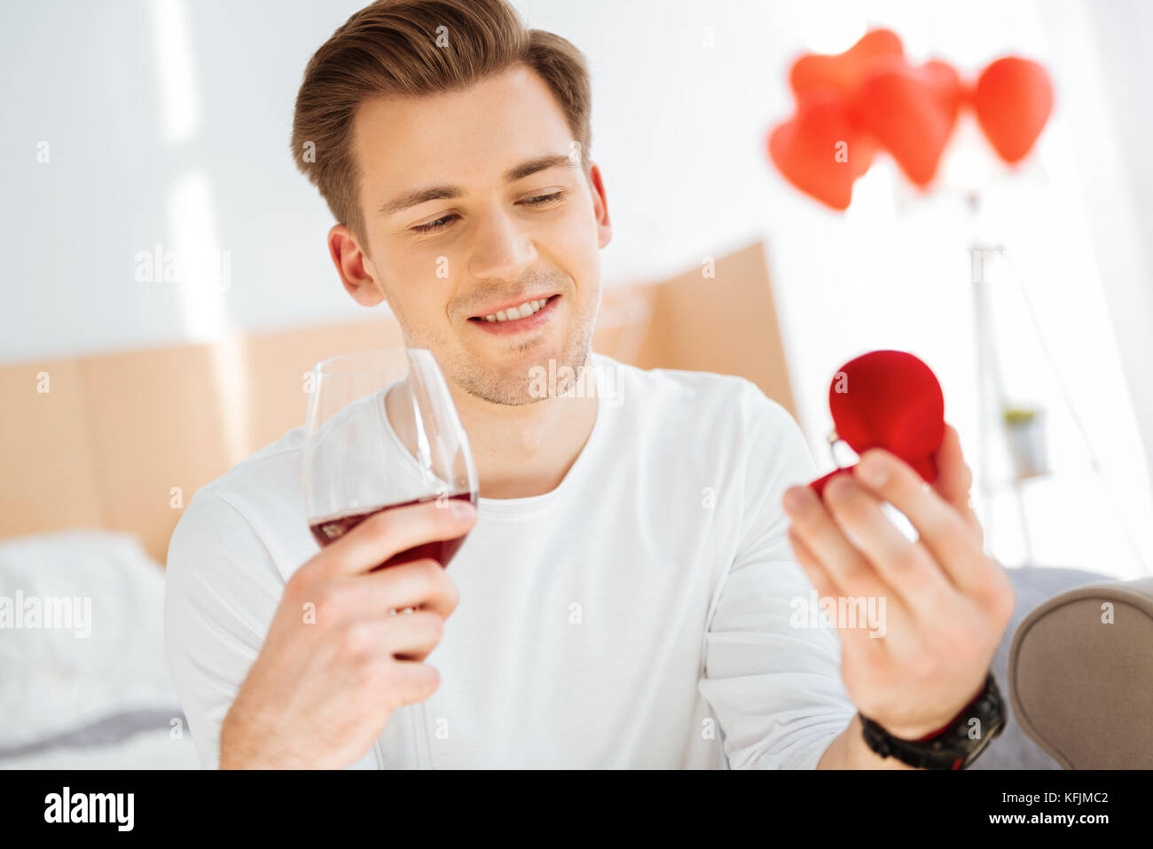 Relajado Joven mirando Engagement Ring Imagen De Stock