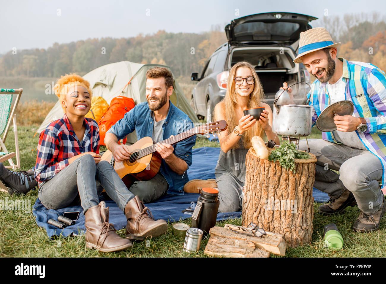 Amigos durante la recreación al aire libre Imagen De Stock