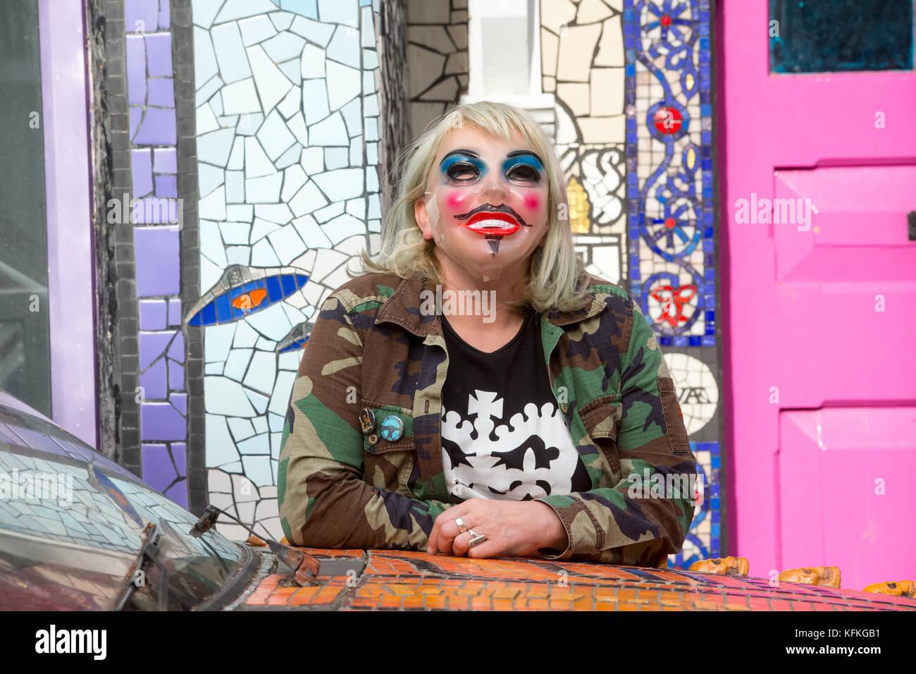 """""""Las salas de tratamiento' es la casa cubierto de mosaicos del artista contemporáneo, Carrie Reichardt. Imagen De Stock"""