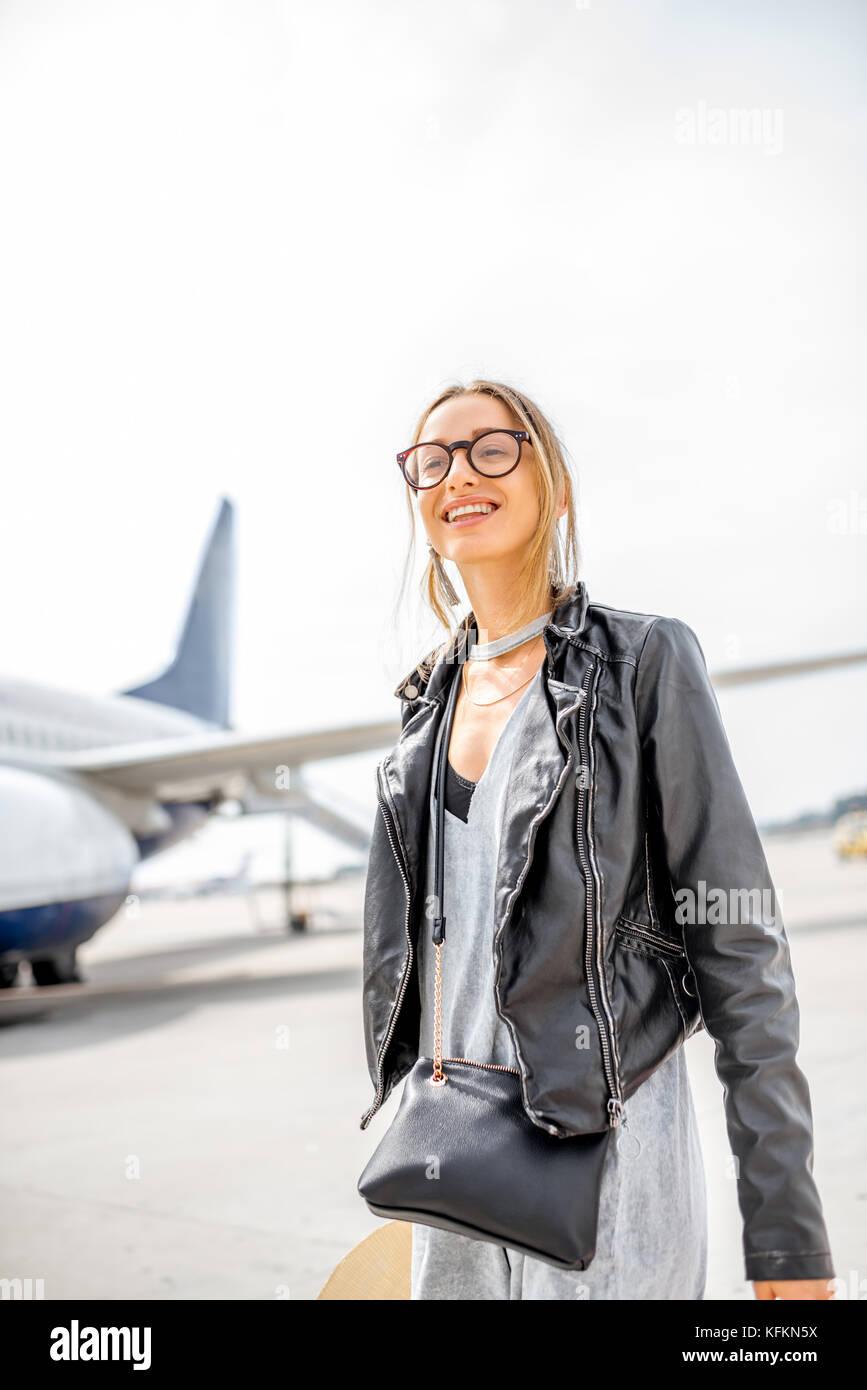 Mujer cerca del avión Foto de stock