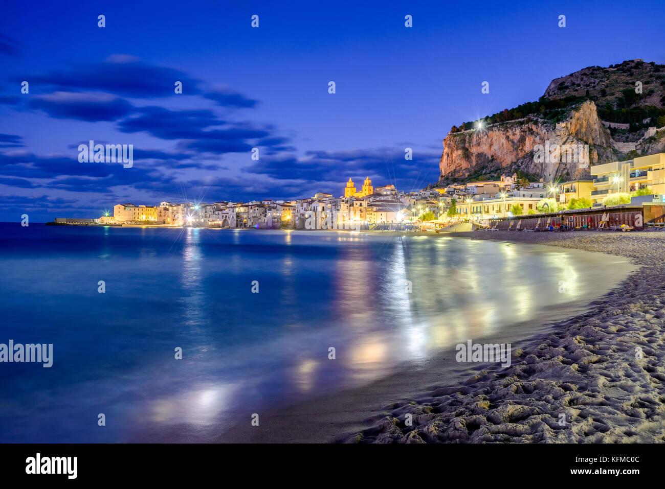 Cefalú, Sicilia. Mar de Liguria y medieval de la ciudad siciliana de Cefalu. Provincia de Palermo, Italia. Foto de stock