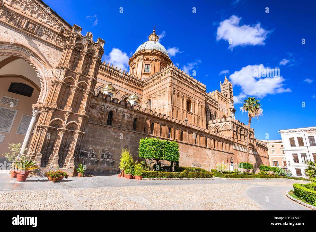 Palermo, Sicilia. Crepúsculo ver Norman Catedral de la Asunción de la Virgen María, la Italia medieval. Imagen De Stock