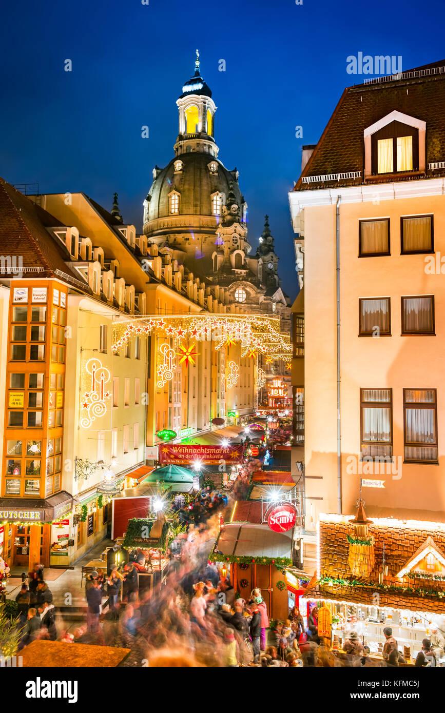 DRESDEN, Alemania - 17 de diciembre de 2016: Dresden con gente visita y Weihnachtsmarkt der Frauenkirche en Alemania. Imagen De Stock