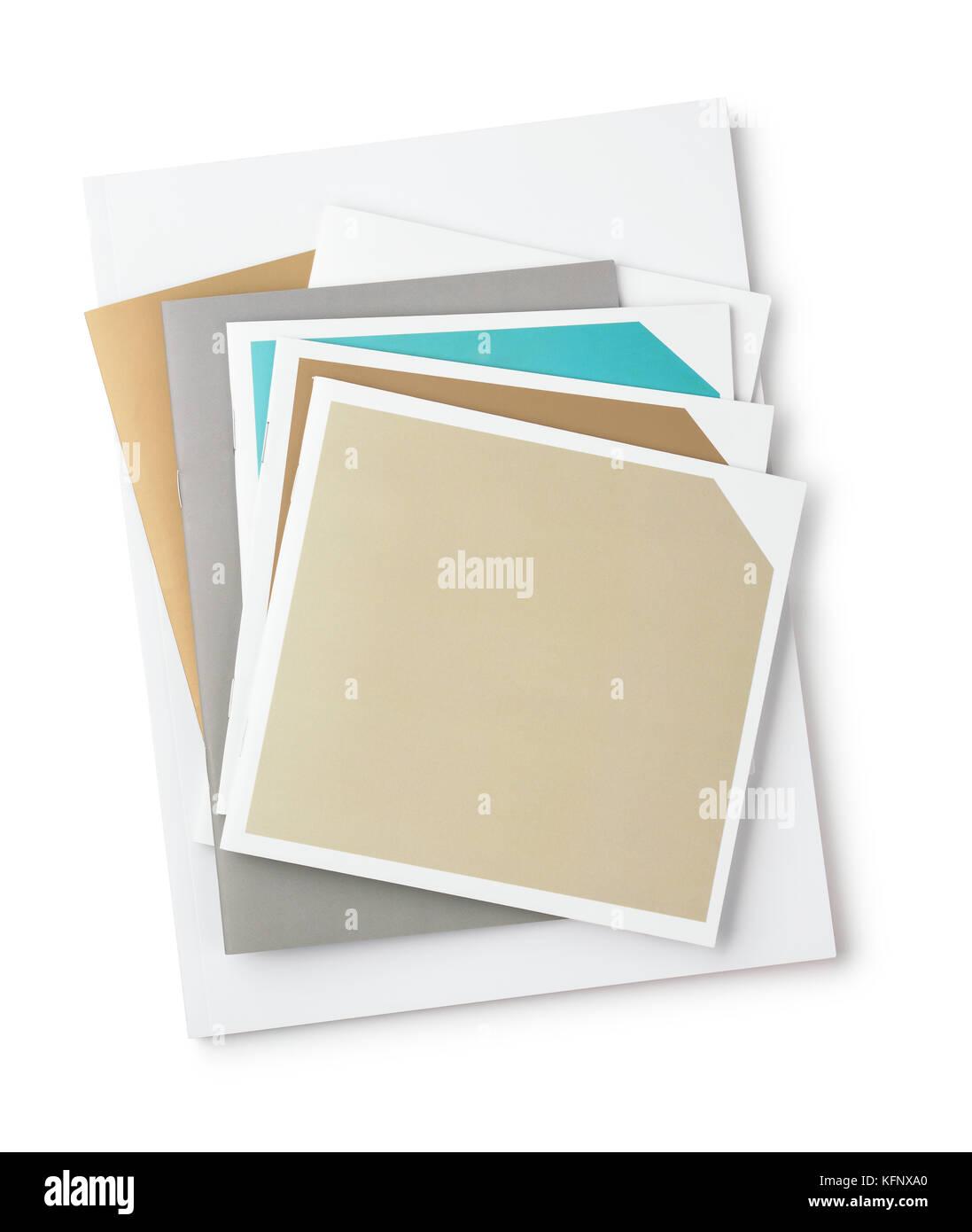 Vista superior de folletos en blanco aislado en blanco Foto de stock