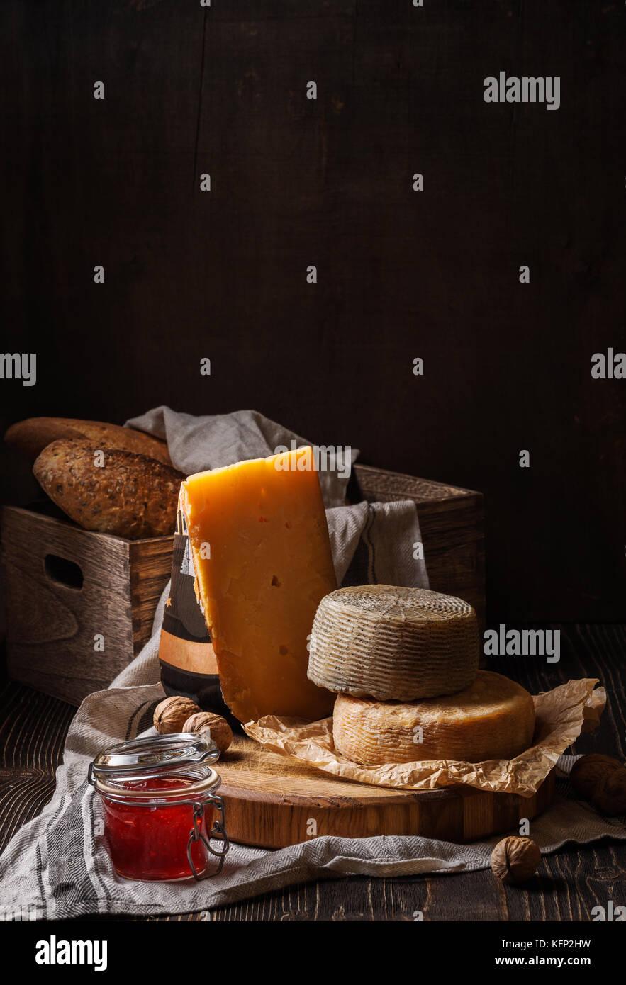 Dark bodegón con queso y pan Imagen De Stock