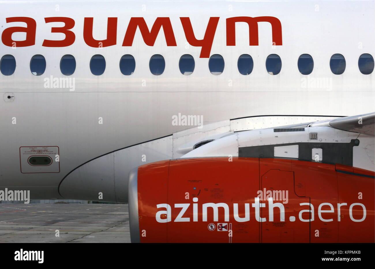 Rostov sobre el don, Rusia. 31 oct, 2017. Un Sukhoi Superjet 100 (ssj-100) un avión de pasajeros operados por la aerolínea de acimut visto en el aeropuerto de la ciudad. El acimut es una aerolínea de pasajeros para el centro y el sur de Rusia; a partir de diciembre de 2017, es para atender nuevos platov aeropuerto cerca de Rostov-on-Don. Crédito: Valery matytsin/tass/alamy live news Foto de stock