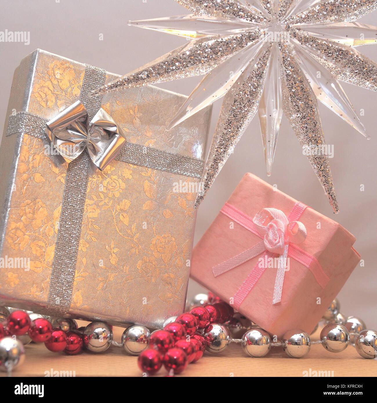 Foto De Regalos De Navidad O Regalos Envueltos En Envoltorio De
