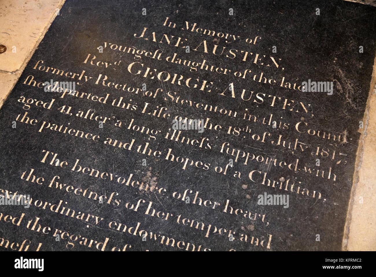 Jane Austen 's tumba memorial de piedra en la Nave de la Catedral de Winchester. En el Reino Unido. (75). Imagen De Stock