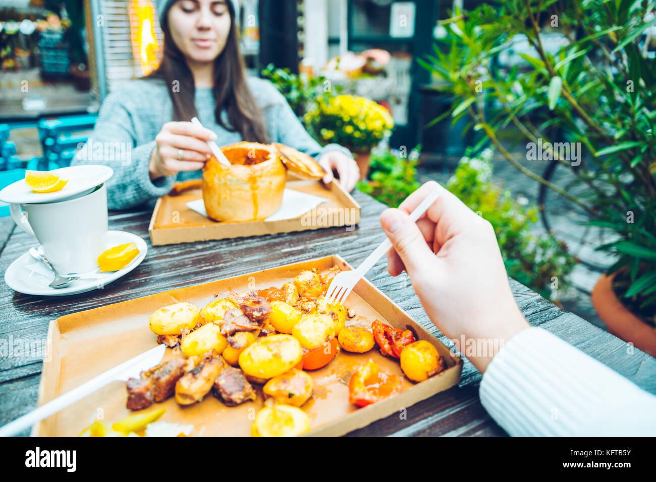 Par de comer en la cafetería de fuera Imagen De Stock