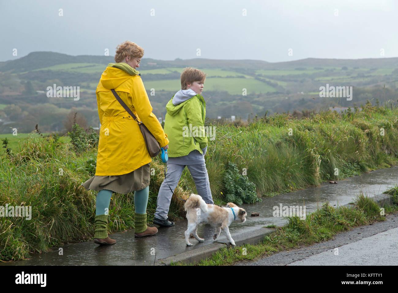 Familia paseando a un perro, Ballintoy, Co. de Antrim, Irlanda del Norte Imagen De Stock
