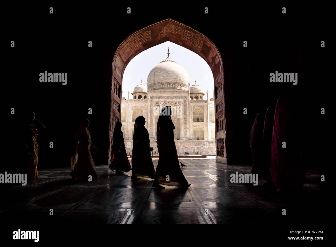 Argra, Taj Mahal, India - El 3 de marzo de 2012: las mujeres en saris tradicionales pasando arch en el Taj Mahal Imagen De Stock