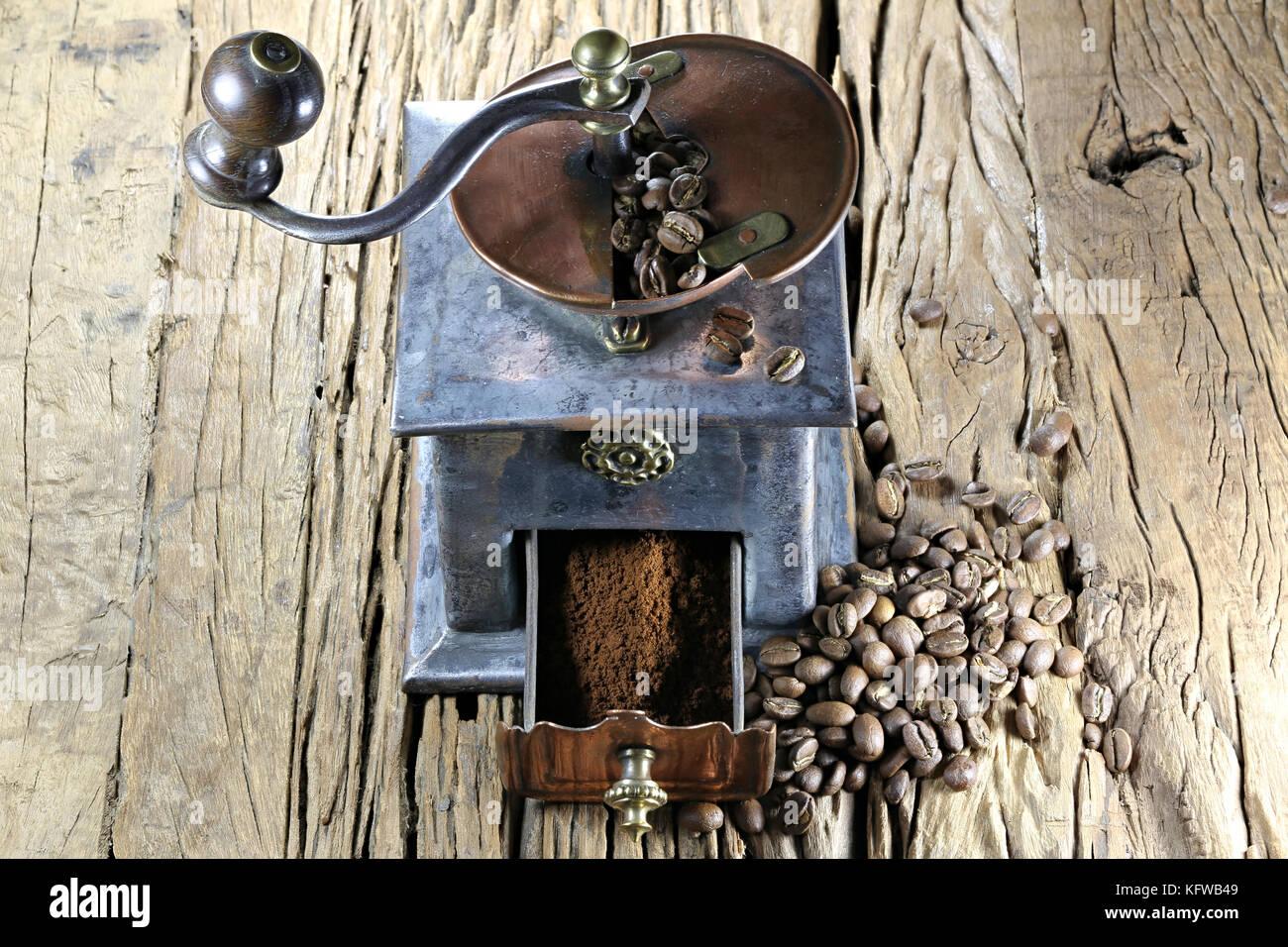 Vintage molinillo de café tostado de fabricación con granos de café arábigo de Indonesia sobre Imagen De Stock