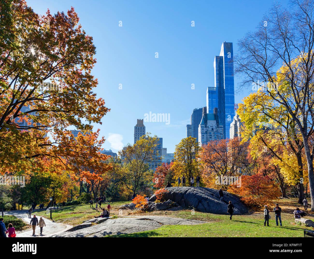 El Central Park de Nueva York, mirando hacia el horizonte de Manhattan, Nueva York, NY, EE.UU. Imagen De Stock