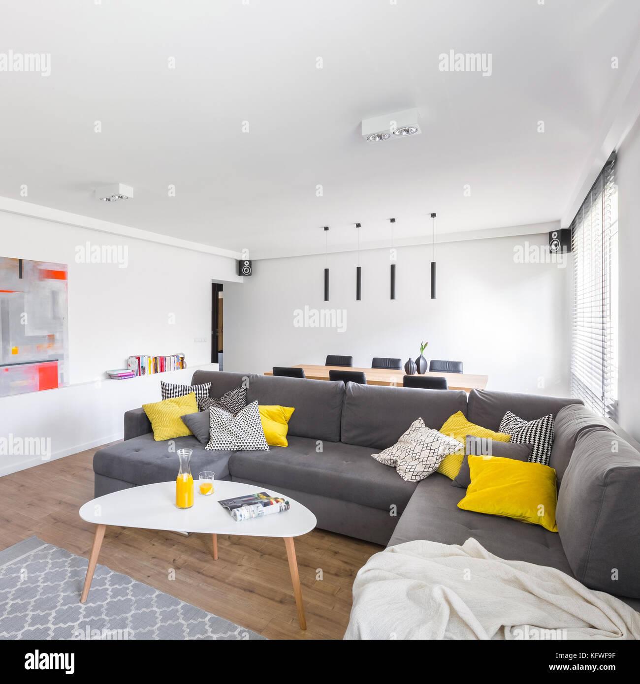 Blanco y moderno sal n con sof gris extra grande y - Salon sofa gris ...