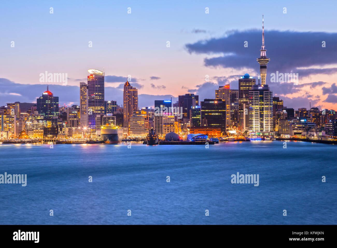 Auckland skyline iluminado al atardecer Imagen De Stock