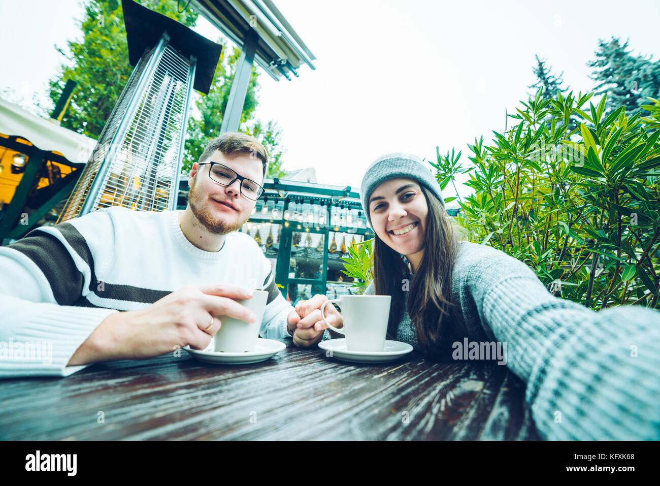 Par de comer en la cafetería de fuera Foto de stock